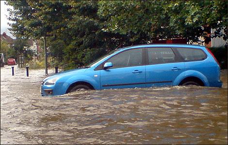 mobil terjebak banjir